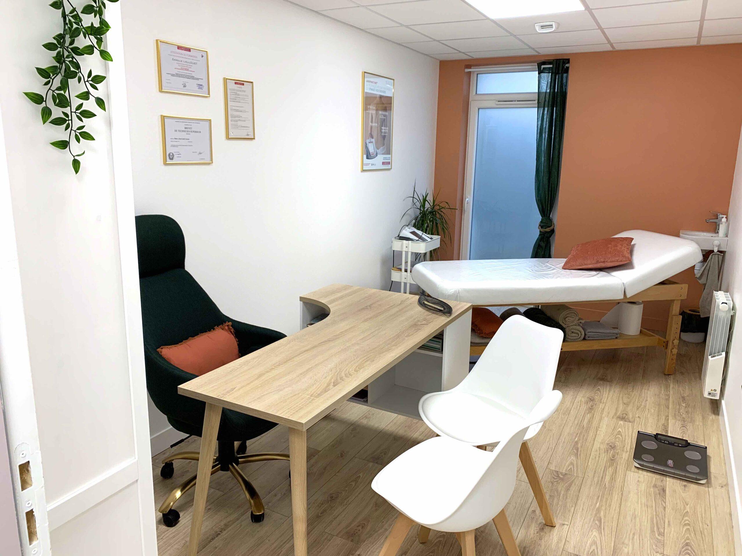 photo du cabinet de luxopuncture de Camille Lallouet : un bureau avec deux chaises, ses diplômes au mur et un endroit pour allonger le patient